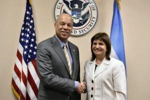 Patricia Bullrich y el director del FBI, James Comey,