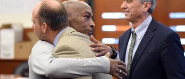 Johnson se abraza con sus abogados tras escuchar el veredicto del jurado. Imagen: AFP