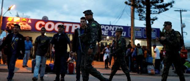 Soldados brasileños patrullan, tras controlar el pasaporte de un grupo de venezolanos en el paso fronterizo de Pacaraima, en Roraima en una imagen de hace diez días.