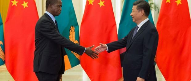 Saludo entre los presidentes de Zambia y China, Edgar Lungu y Xi Jinping, Pekín, 1 de septiembre de 2018 / Nicolas Asfouri/Pool / Reuters